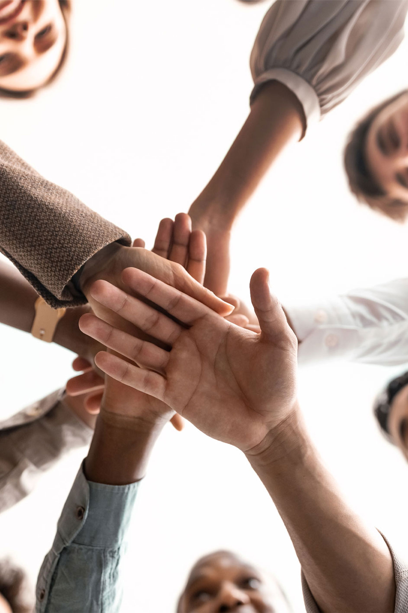 mains l'une sur les autres représentant la communauté d'entrepreneurs