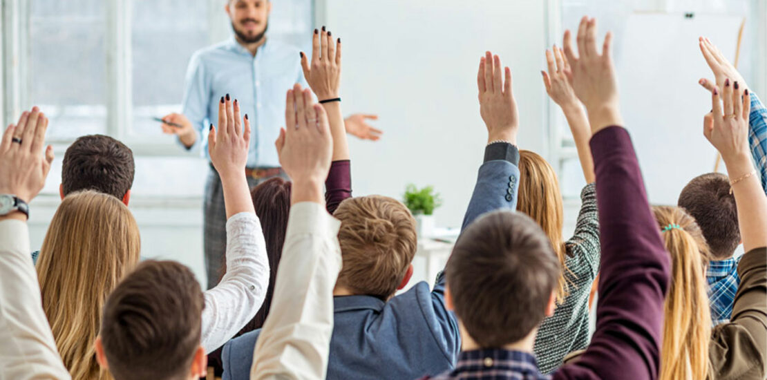 vue personnes levant la main pour poser une question