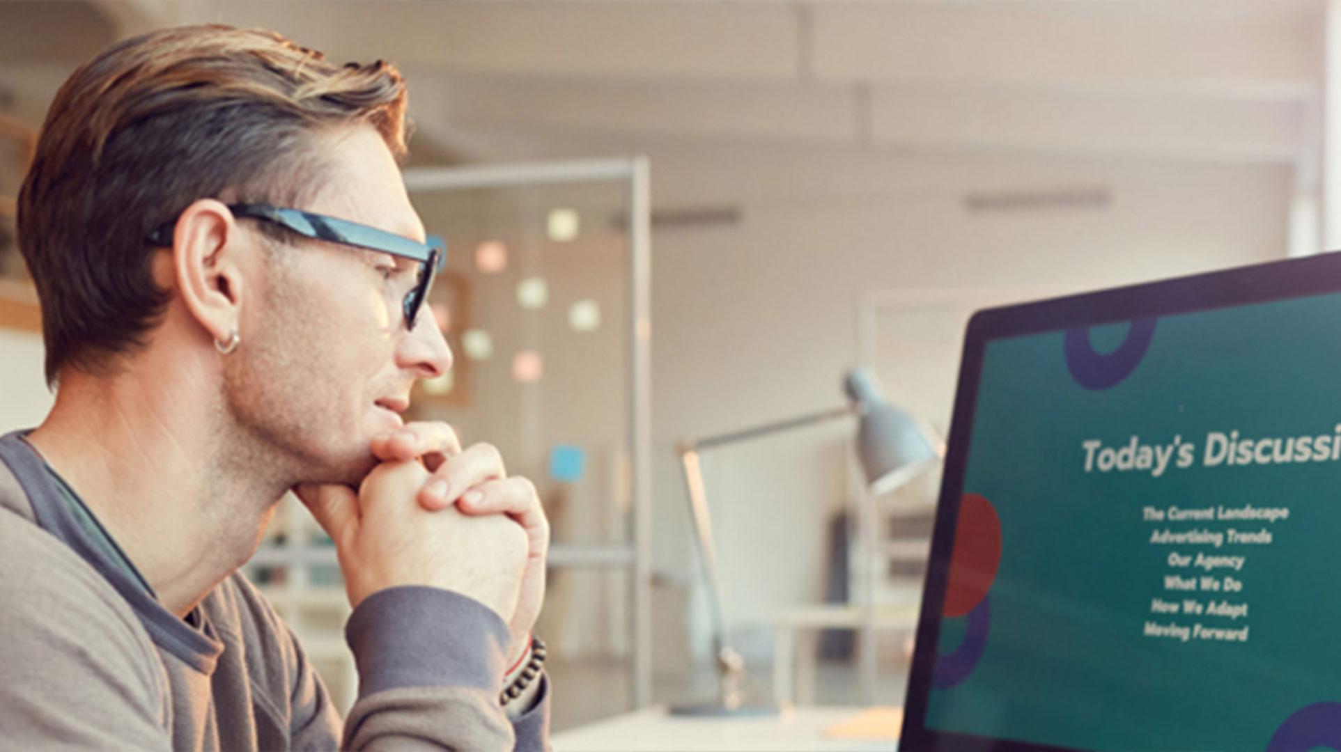 homme regardant écran d'ordinateur