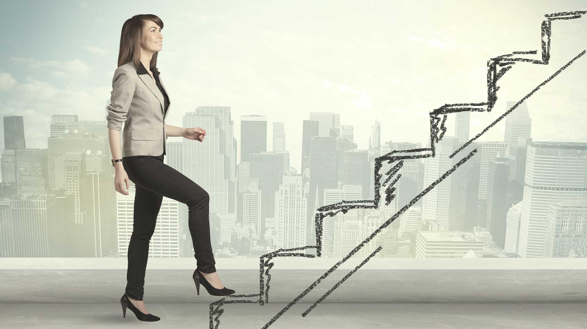 femme montant des escaliers